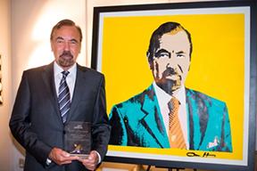 Jorge-Pérez-with-his-portrait-by-ABH